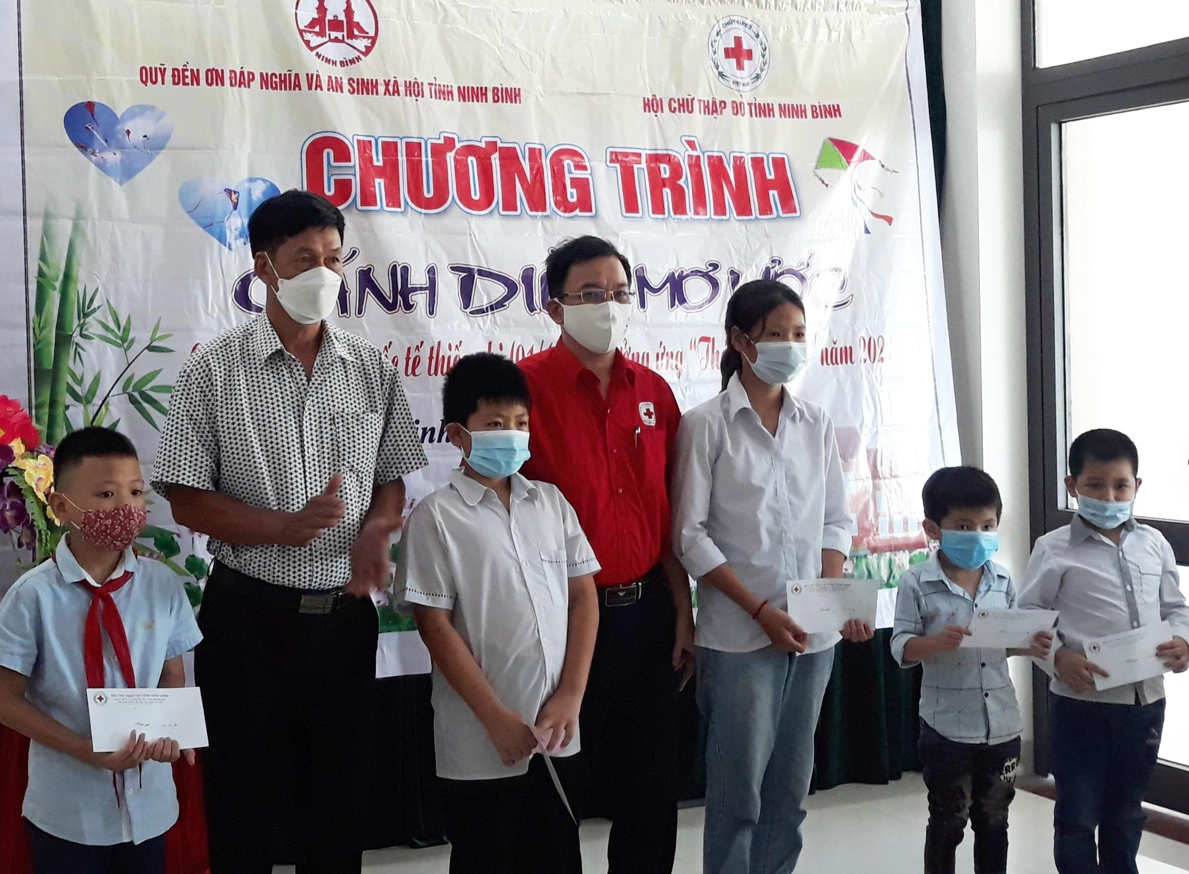 """Hội Chữ thập đỏ tỉnh phối hợp đơn vị liên quan tổ chức chương trình tặng quà """"cánh diều ước mơ"""" cho trẻ em mồ côi có hoàn cảnh đặc biệt khó khăn"""