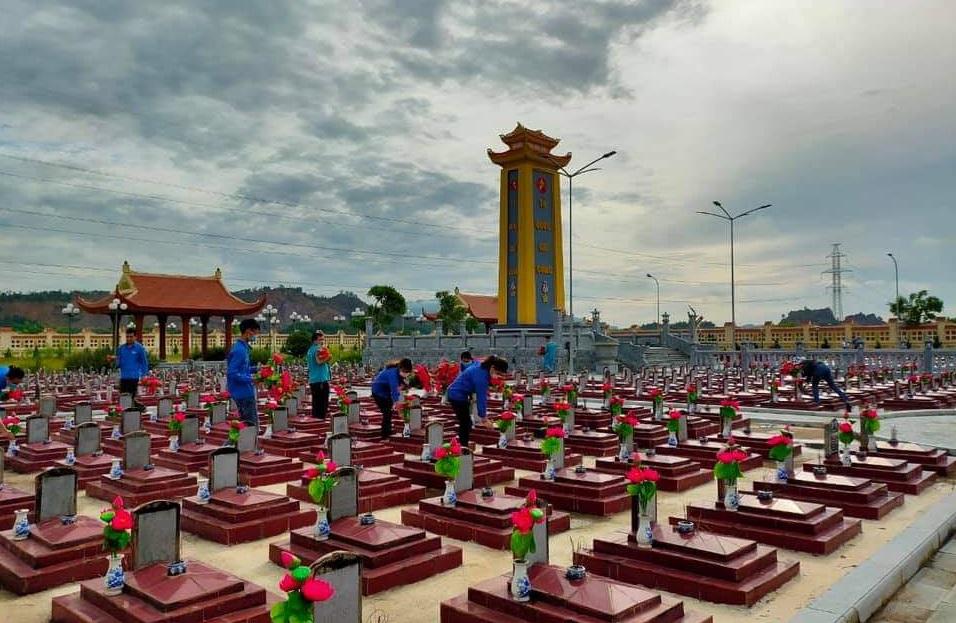 Huyện đoàn phối hợp với Trung tâm Viettel Gia Viễn tổ chức chăm sóc các phần mộ tại nghĩa trang Liệt sỹ huyện