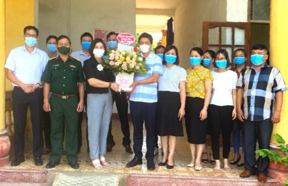 Lãnh đạo UBND huyện thăm, chúc mừng Trung tâm VH-TT&TT huyện nhân kỷ niệm 96 năm ngày Báo chí cách mạng Việt Nam (21/6/1925-21/6/2021)